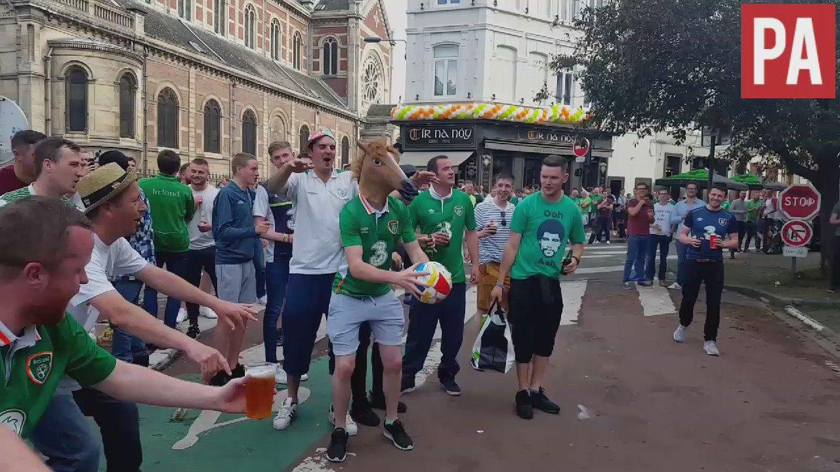 ¿Qué están haciendo ahora los irlandeses? Nada, meter un balón en una ventana llevando puesta una máscara de caballo https://t.co/cuXOUW9hLy