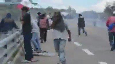 Video que da cuenta de cómo la Policia Federal rafaguea a manifestantes en #Nochixtlan (vía @julioastillero): https://t.co/HudkAqZP3a