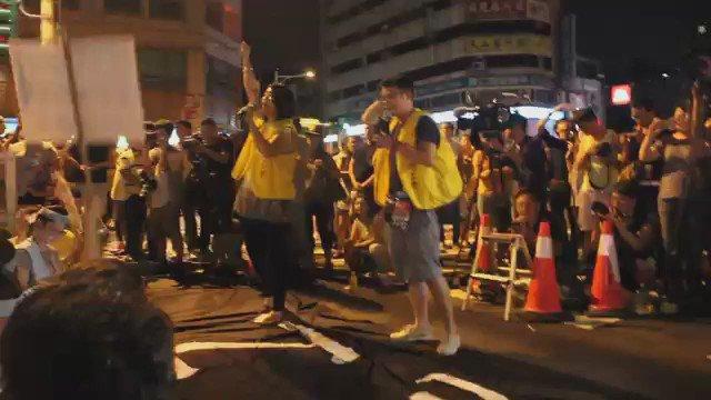 대만에서 '님을 위한 행진곡'이 울려 퍼졌다. 24일 대만 항공사 파업에 돌입한 중화항공사 승무원들이 타이베이 본사 앞 파업 현장에서 한국 민중가요를 부른 것이다. https://t.co/uOoc95bZpV https://t.co/H258riPcHE