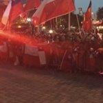 Banderazo de los aficionados chilenos afuera del hotel de la selección #CopaAmerica https://t.co/qXpVQerdWm