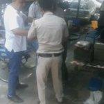 निजामुद्दीन रेलवे स्टेशन,रिजर्वेशन आफिस के सामने रिक्शा कारीगर को गलियाते-ठोकते पुलिस के महारथी @DelhiPolice #Delhi https://t.co/ZcKqodDZ2v