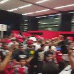 Ya estamos en el Aeropuerto de Tijuana, así el ambiente de la afición que espera Javier Gandolfi. #Xolos #Pressport https://t.co/J8AQ94V3V4