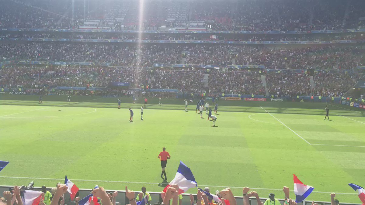 The Irish shake hands with the French supporters at the full whistle.   #COYBIG #IRLFRA #EURO2016 https://t.co/arINY1tdXJ