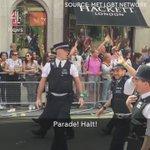 Momento en  #Pride2016 en Londres done un policía pide matrimonio a su novio https://t.co/ZWJReSn5u8