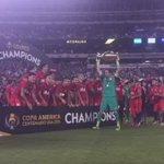 ¡#LaRoja levanta su segunda Copa! Chile, campeón de la #Copa100 #VamosChile https://t.co/IYMs836MnX