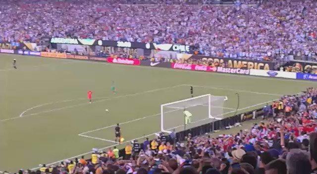 Así se vivió en el estadio el penal que le dio a Chile la Copa América Centenario https://t.co/7tGc8qvrOh