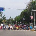 """Se genera caos vial a un costado del centro comercial """"Galerías #Acapulco"""" por bloqueo frente al Hotel Kristal https://t.co/JIwBEIToUO"""