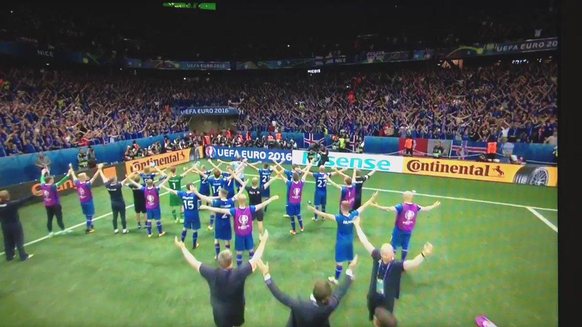 El festejo de Islandia con su afición https://t.co/abrHdERTuf