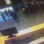 فيديو يُظهر لقطات مرعبه لمحاولة الناس الهرب في #مطار_اتاتورك بإسطنبول حينما ظهر الانتحاري وفجر نفسه !  - https://t.co/7HAGXQlRr3