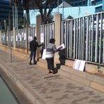 Werkers van #SAUK #SABC Klaar besig om @afriforum se plakkate af te haal.Wil hul die waarheid verder sensor? @eNuus https://t.co/AKrjtCYPoe