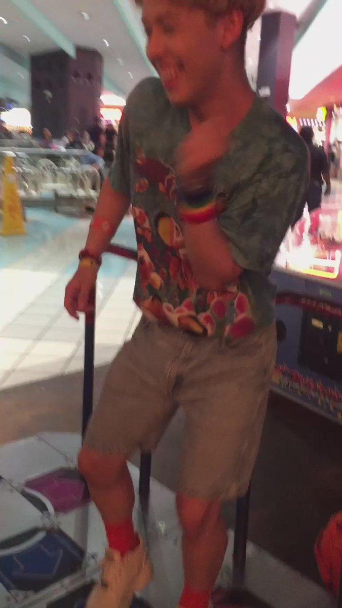 ショッピングモール内のちいさな遊園地にあったリズムゲームをするりゅうちぇるがおもしろすぎた… https://t.co/XzO6LnklUx