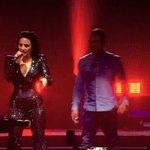 Demi trocou de roupa e está cantando Live Your Life com o T.I. #FutureNowAtlanta https://t.co/X1IQferJLa