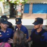 Así actúa la policía en el desahucio de una familia con 5 hijos #MaxiSeQueda https://t.co/b2K2HdWz1F