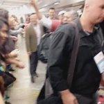 as pessoas passando e interagindo com os fãs, to gritando https://t.co/asppPIdCc4