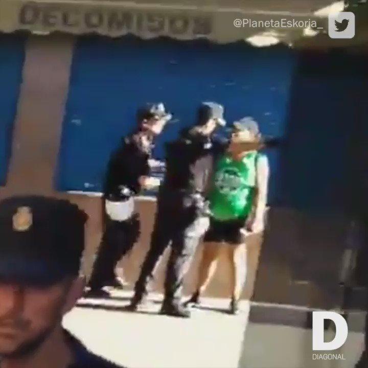 Agresiones policiales en un desahucio sin alternativa de vivienda a una familia con cinco menores en Alcorcón. https://t.co/3e4FZyl1CD