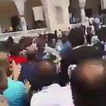 """Cuma namazında """"canlı bombayım"""" diyen adamı Adana cemaati linç ediyor.Adanadan başka yerde yaşayamam. https://t.co/bHtpbBKuK3"""