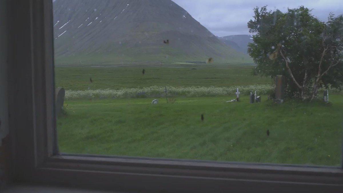 第二週的《#IslandSongs》計劃 @OlafurArnalds 選在冰島西北邊的 Flateyri 拍攝音樂影片,教堂的外面正是1995年10月雪崩釀災的小鎮。https://t.co/qMbdQ1drhi