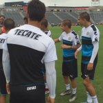 Hoy cumple años el Profe Ayaso y así lo felicitaron los jugadores en el entrenamiento 😂 ¡Felicidades Nacho! 🎉🎂🇫🇷 https://t.co/t15XE3CerR