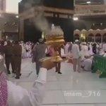 مشاعر دافئة في بيت الله .. هذا هو الإسلام وهكذا هم المسلمون ..  This is Islam https://t.co/Z2wWNHX8vN