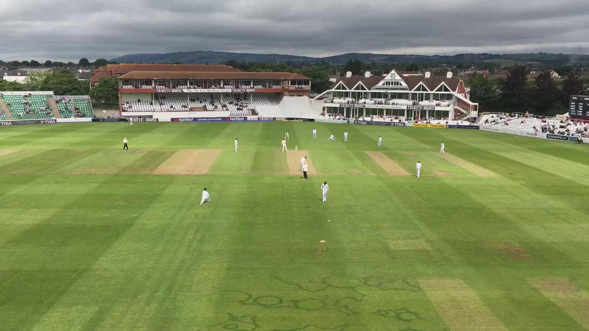Warm applause for Mohammed Amir as he bowls his first delivery. #SOMvPAK https://t.co/spqMsdnUa1