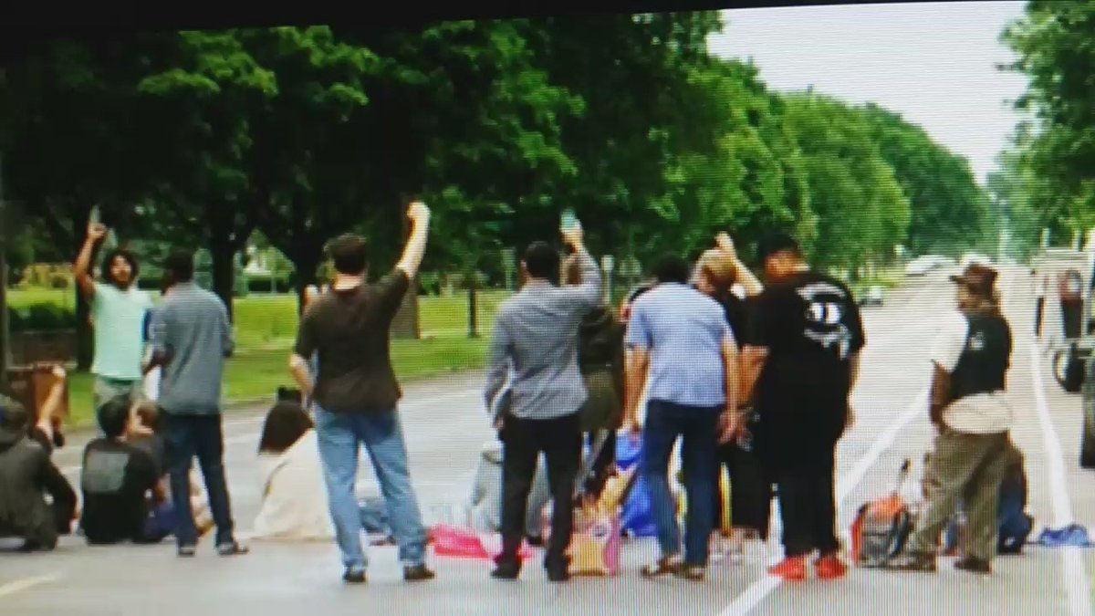 #ThisJustIn protesters chanting at the scene of #PhilandoCastille shooting in MN https://t.co/3ZcTHW6Rzt