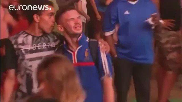 Qué lindo que es el fulbol Pibe! El niño portugués consolando al joven francés que no podía salir de su tristeza. https://t.co/wXECYhgQqP