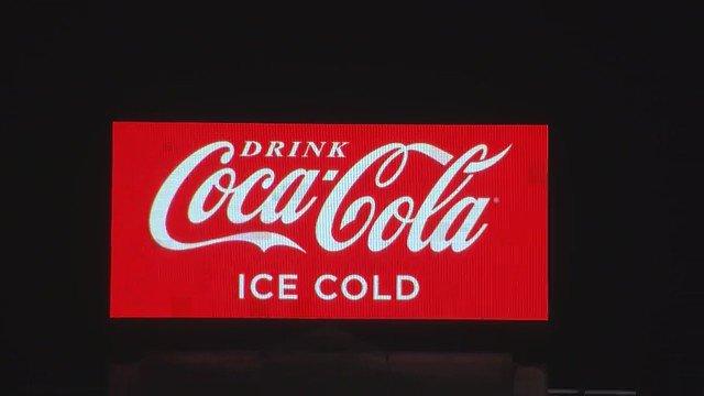 Ahora sí, #TTIPGAMEOVER  La pantalla publicitaria de CocaCola de De Brouckère (Bruselas), ¡hackeada! https://t.co/DvdAr54te1
