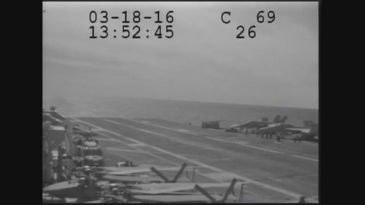 今年3月に起きた米空母着艦失敗事故の映像。E-2ホークアイの運動能力すげぇw https://t.co/Td65eTNZQJ
