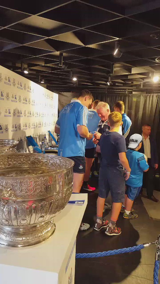 Pens at the ready! Time to get those much sought after signatures... #Dublin GAA https://t.co/TezYFlrAQB
