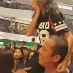 This is touching. A father carried his daughter for her to see Kathryn. ❤️ #KBHuaweiRoadshow © https://t.co/8JglyutTDi