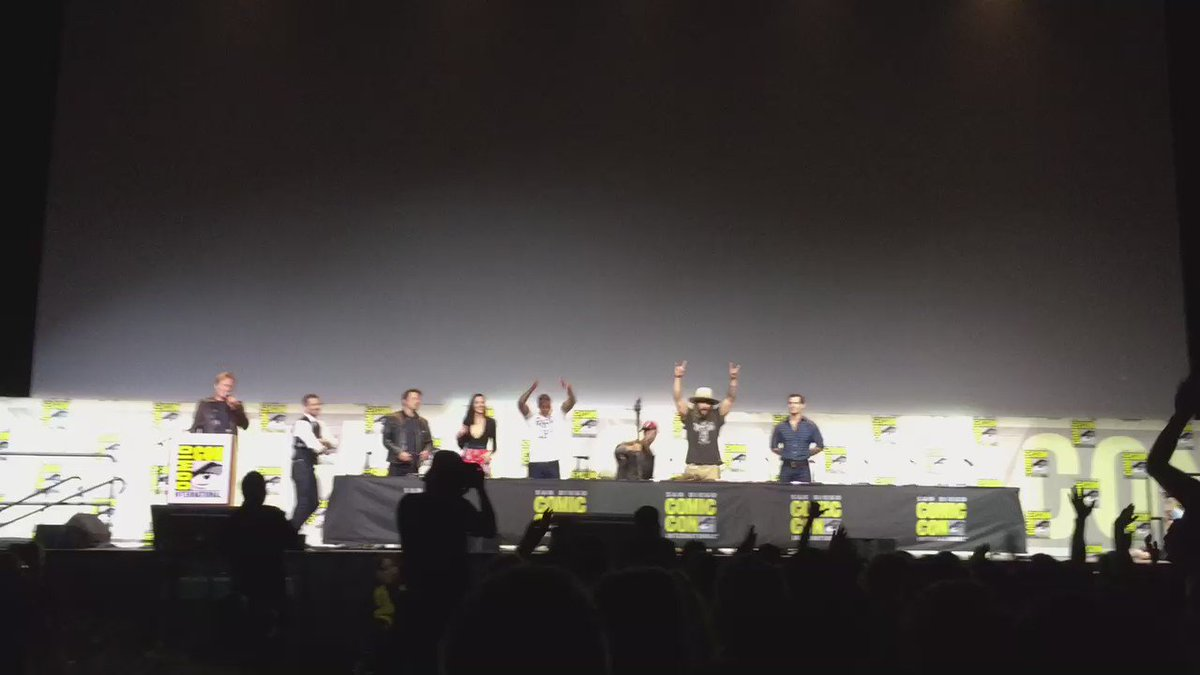 Whoa!! Awesome #JusticeLeague teaser just dropped to a standing ovation in Hall H. Cast goes nuts! #sdcc https://t.co/v9bx3LYVML