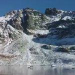 شخص يمشي على بحيرة متجمده شفافه في منطقة جبال تاترا في سلوفاكيا ! https://t.co/ucFARIhzyQ