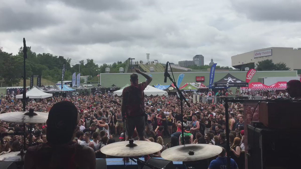 I miss watching @fouryearstrong on Warped https://t.co/K4CQjI6t9k