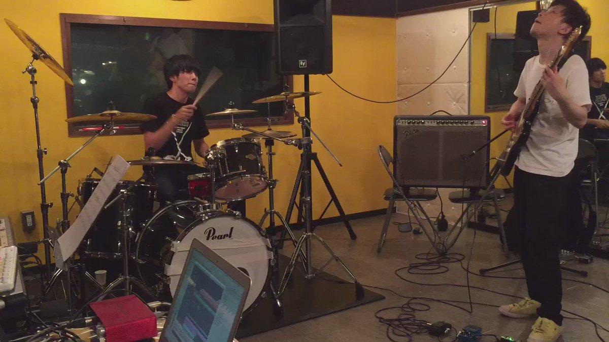 【演奏してみた】 明日はsora tob sakanaのアルバム発売日です。僕もドラムで9曲参加してます。要チェック!プロデューサー照井順政さんと。 sora tob sakana「新しい朝」 #ドラムのオカズでゴハン https://t.co/Nq3j7eUyUb
