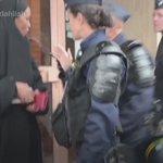 فيديو  لاجئة مسلمة في مواجهة الشرطة الفرنسية : لا تلمسني..! https://t.co/ufT1XHRBad
