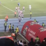 La afición le grita improperios a  Édison Toloza y el jugador responde aplaudiéndolos. https://t.co/TTfvul6VNO