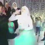 عريس فاقد لحاسة السمع ، عوضه الله بعروس  في ليلة الزفاف ، تشرح له كلمات #الحب بالإشارة 💜😍 https://t.co/BlDB3FTEaA