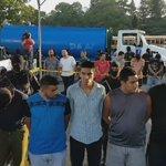 """Presentación de detenidos, entre ellos """"Piwa"""" (camisa gris) y vehículos incautados en #CasoMS. @ojoatento https://t.co/VTRZZfv4OD"""