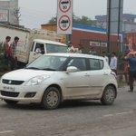 Daredevil crossing over broken railing as Jaipur side of #NH8 stuck #gurgaonrains @HTGurgaon @MORTHIndia https://t.co/fUXEVV4hvb