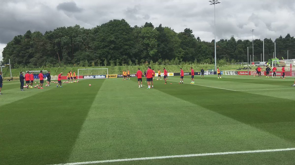 Messi on fire!  Estem gaudint veient l'entrenament a St. George's Park!  #frac1 #fcb #FCBlive #stagefcb https://t.co/zKjYoAHmlf