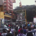 ¡NO SE COMEN PERO SE VENDEN PARA COMER! Saquean Distribuidora Bilbaina de Electrodomésticos en Av Lecuna #Venezuela https://t.co/0aQUUcuZcn