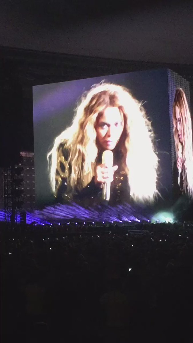 Beyoncé singing the beautiful ones and @kkevvin19 screaming along was hilarious