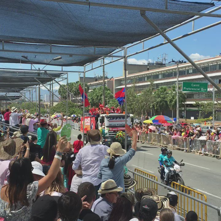 Desde el Desfile de Autos Clásicos gozamos con los eventos de nuestra feria #SomosAnfitriones de #FeriaDeLasFlores https://t.co/xTsJzIxFpX