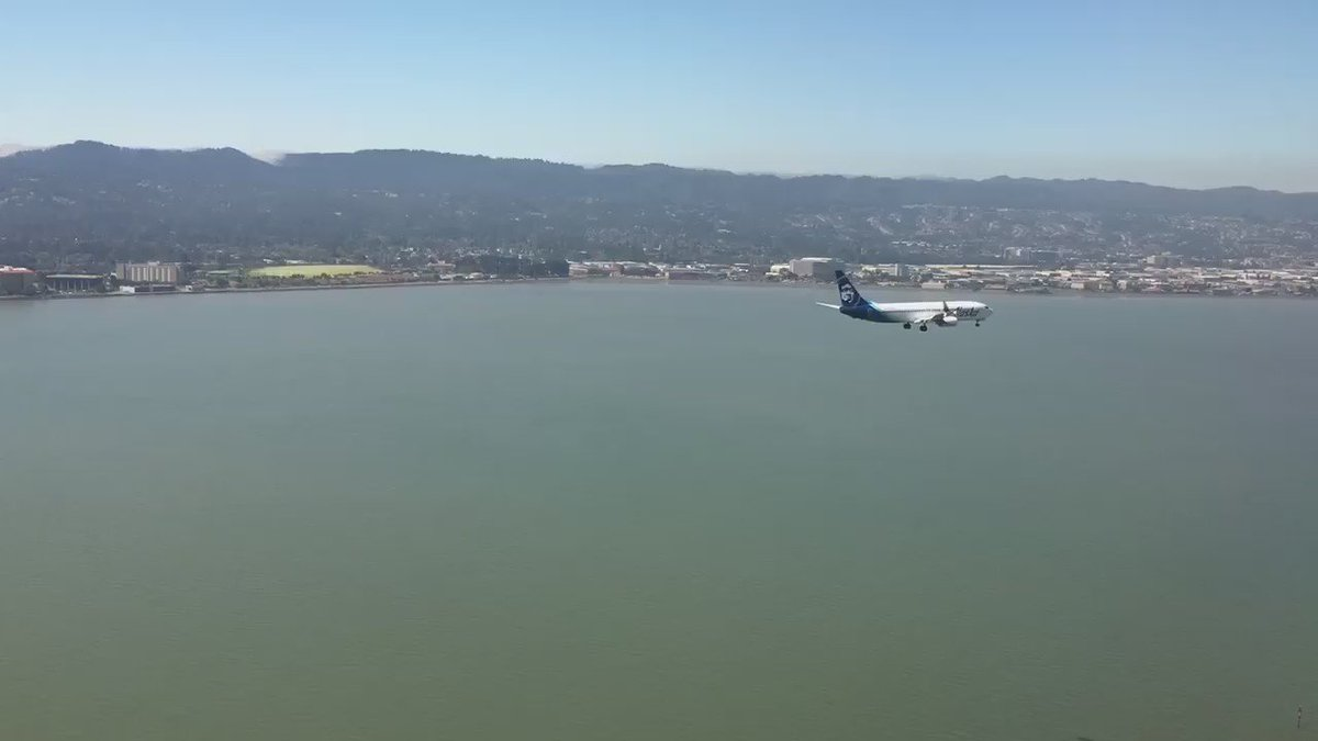 Parallel landing: You don't see that every day. Love the new livery @AlaskaAir. #SFO https://t.co/yGNqHrVHx8