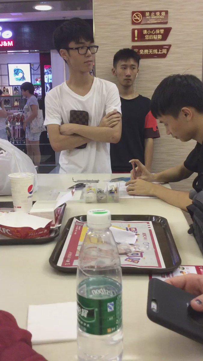 中国深センのケンタッキー入ったら少年がiPhoneをサクサク修理していてヤバイw さすらいの修理人 https://t.co/b073AhbQaf