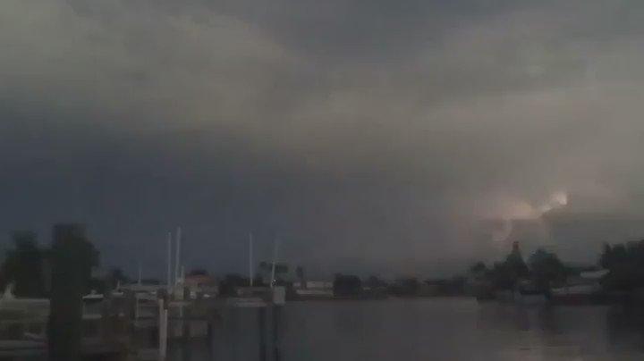 フロリダ州中部のタンパ湾でみられた水平に走る雷の動画。大西洋とメキシコ湾からの気流が衝突する場所で、米国の中で最も雷が多発する場所といわれているが、このパターンは珍しく、海外で大きな話題になっている。via @TimMillerSC https://t.co/iisVAsMUlg