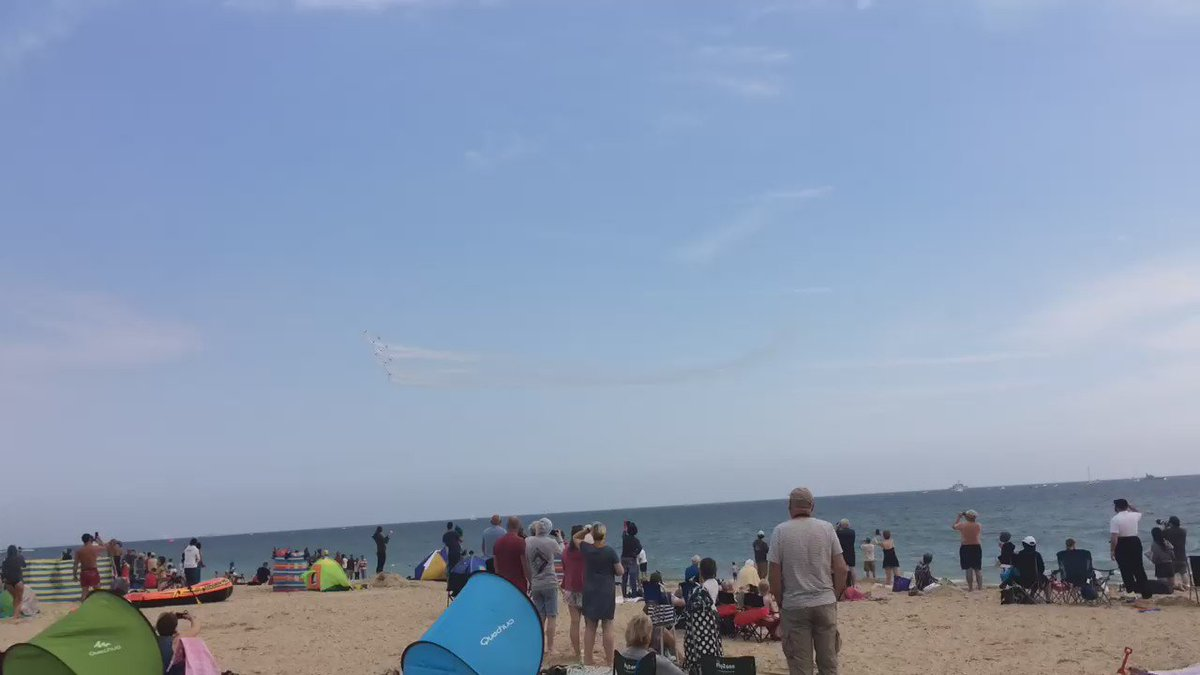 #redarrows wow the crowds at #BournemouthAirFestival https://t.co/Te6StysVS4