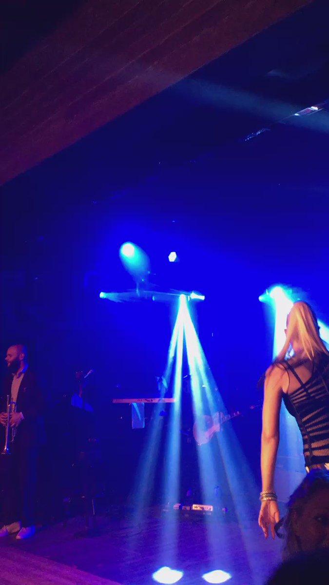 Excellent night #ApollointheHamptons w/ @gwenstefani @blakeshelton and @Pharrell https://t.co/shFljkodRW