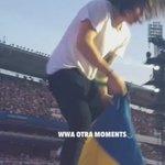 #944 Kiedy Harry wziął od fanki flagę Szwecji, ale nie wiedział, że z drugiej strony jest tweet Lou (OTRAT, 23.06.15 https://t.co/oKBAYfAY6U