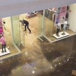 #VIDEO las tiendas del nivel inferior de Plaza Galerías registran inundaciones, tras la tormenta de esta tarde #GDL https://t.co/qrp5YtaEZd